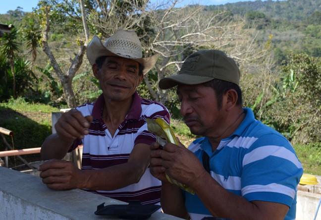 https://www.martermuehle.de/media/image/56/28/3f/Guatemala-Kaffeebauern-Kaffeetuete-bestaunenbipYwOePfeLUs.jpg